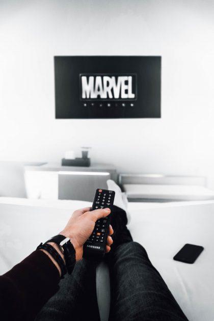 Mary Meeker totesi raportissaan, että ihmiset viettävät nykyään enemmän aikaa puhelimillaan kuin television ääressä.